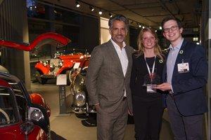Gewinner des IHA-Start-up-Awards 2019 (v.r.n.l.): Gernot J. Sümmemann (Founder & CTO) und Larissa Schmied  (Finance & Marketing) Infinity Start-up / Hygenator RefresherBoxx und IHA-Vorsitzender Otto Lindner